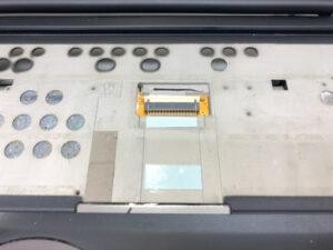 ゴミを除きテープを貼る